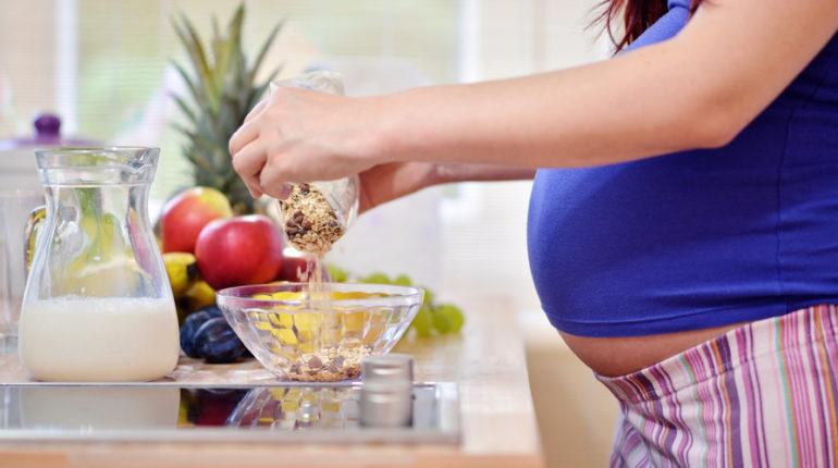 Come mangiano le donne italiane in gravidanza? Lo svela un'indagine del CREA